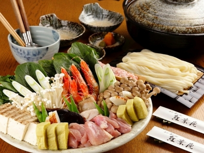 魚介や鶏肉、つみれ団子とお野菜、それらと大阪の食の要【お出汁】で食して下さい。